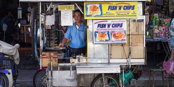 Vendeur ambulant de fish-and-chips à Chiang Mai (Thaïlande), en 2014.  Takeaway/Wikimedia, CC BY
