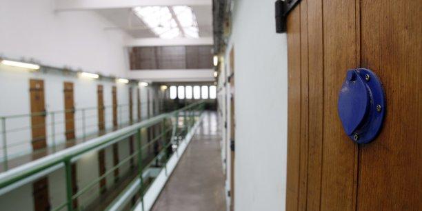 Un detenu pour terrorisme agresse deux surveillants au havre[reuters.com]