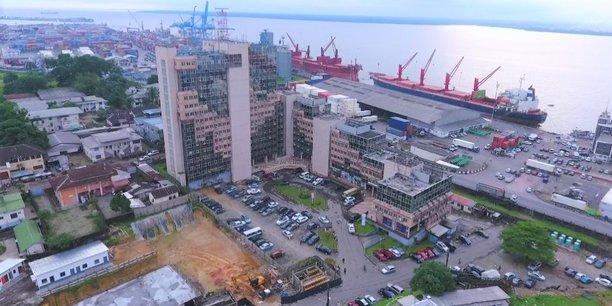 Douala (Port autonome) représente le poumon commercial du Cameroun.