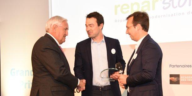 L'ex-Premier ministre J.-P. Raffarin et la fondation d'entreprises MMA remettent le grand prix Bonnes Nouvelles des Territoires à Y. Guichard et G. Varobieff (Repar'stores)
