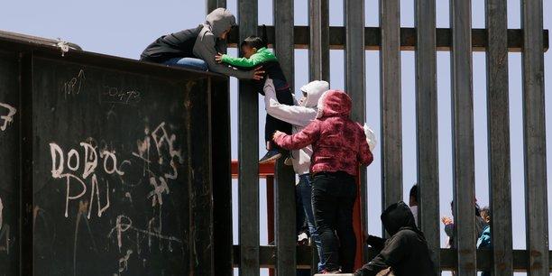Deces de migrants a cause de la canicule pres de la frontiere usa-mexique[reuters.com]