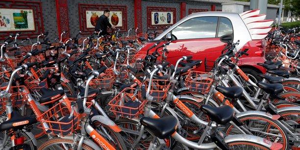 Un nombre excessif de vélos ont été mis en circulation, occupant l'espace public en étant parfois mal rangés, voire empilés les uns sur les autres, ou carrément abandonnés. Ici, à Beijing.