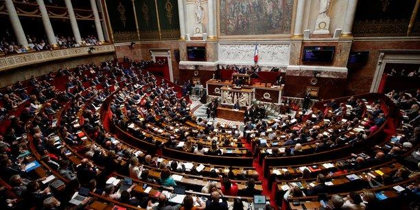 Les députés français ont adopté vendredi en première lecture la loi sur l'énergie et le climat, déclinant la politique du gouvernement dans ces deux domaines auxquels la mobilisation citoyenne et la météo de ces derniers jours ont donné un relief nouveau.