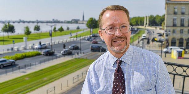 Dan Hall, consul des Etats-Unis d'Amérique à Bordeaux, photographié depuis le balcon de l'hôtel Fenwick, siège de la première représentation diplomatique ouverte par les Etats-Unis.