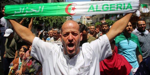 Des dizaines de milliers d'algeriens manifestent pour des reformes[reuters.com]