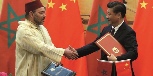 En 2016, Mohammed VI effectue une visite officielle en Chine qui sera couronnée par la signature d'un partenariat stratégique entre le Maroc et la Chine. Ici, le roi du Maroc et le président chinois Xi Jinping, le 11 mai 2016, à l'issue de la cérémonie de signature d'accords de coopération.