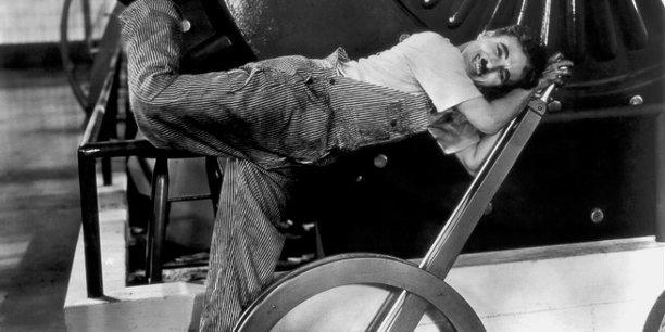 Dans son film « Les temps modernes » sorti en 1936, Charlie Chaplin dénonce les excès du capitalisme dans le monde de l'entreprise qui se caractérise alors par l'essor du taylorisme, l'organisation scientifique du travail.