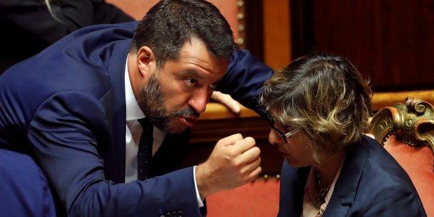 À Rome, le 5 août 2019, en conciliabule avec Giulia Bongiorno (ministre de l'Administration publique), Matteo Salvini (ministre italien de l'Intérieur) esquisse un geste vindicatif alors que le gouvernement italien est sur le point de faire face au vote de confiance du Sénat sur un décret sur la sécurité et l'immigration.