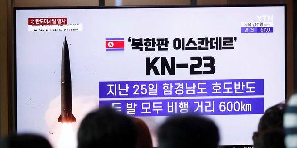 À Séoul, le 31 juillet 2019, des Sud-coréens regardent à la télévision un reportage sur la Corée du Nord qui tire des missiles balistiques à courte portée.