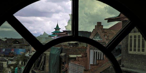 Le pakistan suspend la derniere liaison routiere vers l'inde[reuters.com]