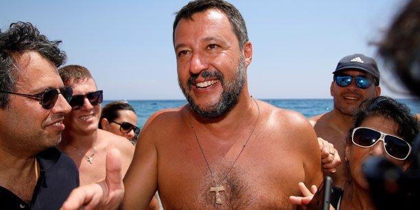 Le Capitaine (surnom donné par ses fans) a poursuivi ce week-end sa médiatique tournée des plages à la conquête de l'électorat du Sud, jusqu'alors acquis au M5S. Bains de foule et selfies à gogo, pause déjeuner torse nu ou s'improvisant DJ, le chef des souverainistes italiens a peaufiné plutôt avec succès son image de Monsieur-tout-le-monde, un peu macho.