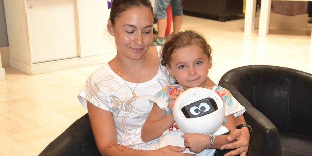 Lara et Kyra Chatard avec Joe, le robot-compagnon de Ludocare, en cure à La Bourboule