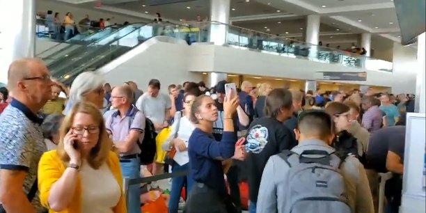 Usa: l'entree de milliers de voyageurs retardee par une panne informatique[reuters.com]