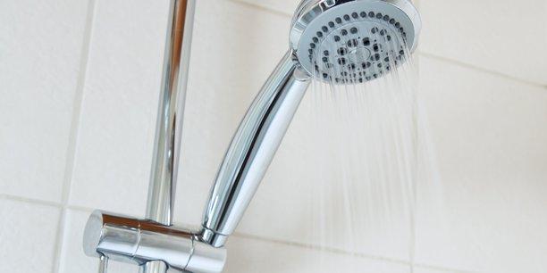La douche cyclique créée par la statup Ilya permet de réaliser une économie d'eau de 90 %.