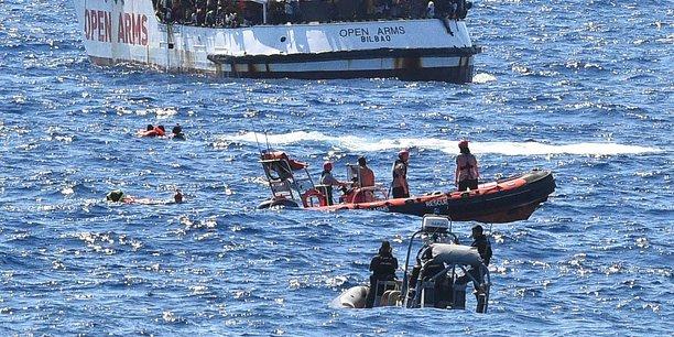 Dix passagers de l'open arms se sont jetes a l'eau, selon l'ong[reuters.com]