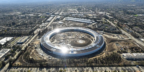 La Silicon Valley avec, au premier plan, le nouveau siège d'Apple en forme d'anneau, en cours d'achèvement sur cette photo du 13 janvier 2017