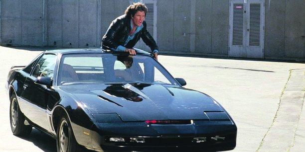 Dans K2000, série télévisée américaine des années 1980, Michael Knight (David Hasselhoff) combat le crime avec son bolide équipé d'une intelligence artificielle.