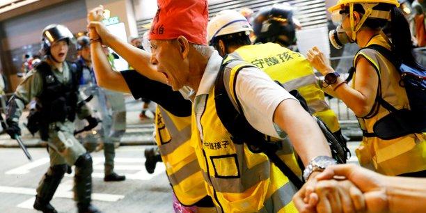 Hong kong: les manifestants tenus a distance de l'aeroport[reuters.com]