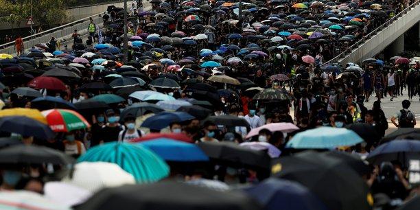 Des milliers de manifestants devant le consulat britannique a hong kong[reuters.com]