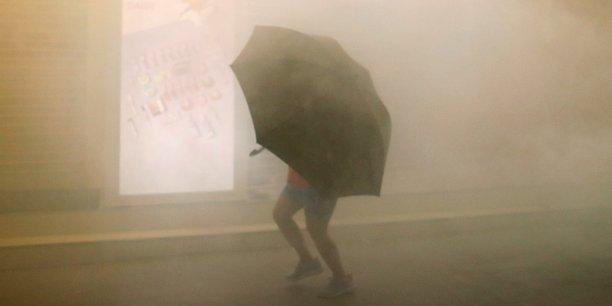 La police a tiré des grenades de gaz lacrymogène et utilisé un canon à eau pour disperser les protestataires, toujours aussi déterminés après des mois de contestation née du rejet d'un projet de loi d'extradition vers la Chine désormais retiré.