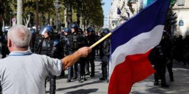 A 11H35, il y avait eu 65 interpellations, et plusieurs personnes verbalisées aux abords des Champs-Elysées, zone où il est interdit de manifester, a indiqué la préfecture de police de Paris.