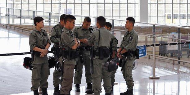 Hong kong: la police bloque l'acces a l'aeroport[reuters.com]