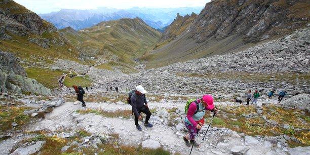 Randonnee funebre pour un glacier disparu en suisse[reuters.com]