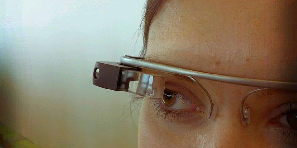 Le modèle A4R-GG1 constitue une version améliorée des premières Google Glass Explorer, un bouton et une charnière permet de le fixer sur différents types de lunettes.