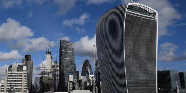 Le recul (-56%) a été observé dans la quasi-totalité des services financiers, mais a été particulièrement marqué dans les banques et les sociétés foncières.