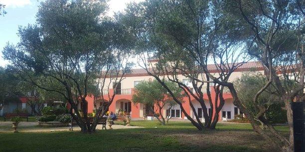L'EHPAD, situé près de Béziers, s'étend sur 3 000 m2 et compte 62 places