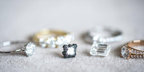 Vue de bijoux réalisés avec des diamants synthétiques.