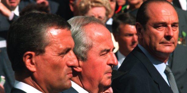 Le 25 août 1994, Édouard Balladur, Premier ministre de cohabitation de François Mitterrand et son  ministre de la Défense François Léotard (à g.), assistent à la cérémonie du 50e anniversaire de la libération de Paris avec Jacques Chirac, alors maire de Paris qui entrera bientôt frontalement dans la compétition pour la campagne présidentielle de 1995.