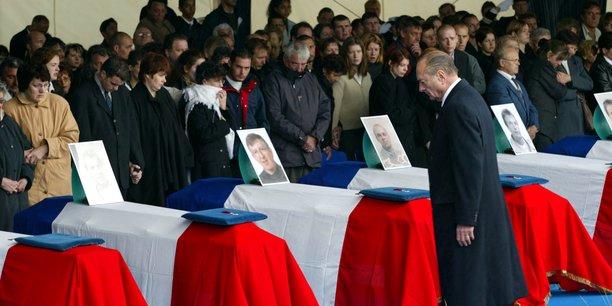 Lors d'une cérémonie à Cherbourg le 13 mai 2002, le président français Jacques Chirac rend hommage aux onze Français tués lors d'un attentat suicide à Karachi, au Pakistan, le 8 mai 2002. Un kamikaze a lancé sa voiture sur un autobus de la DCN faisant exploser une bombe qui a tué 11 experts de la marine française et 2 Pakistanais et blessé 22 personnes.