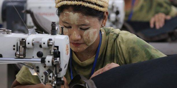 De nouveaux droits de douane sur des vêtements seront créés pour garantir le maintien de l'accès préférentiel au marché britannique actuellement offert aux pays en développement.[Photo: une couturière au travail dans l'usine textile de Yakeda Outdoor Travel Products, à Yangon (ex-Rangoun), la plus grande ville du Myanmar (Birmanie).
