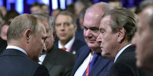 Le président russe Vladimir Poutine et l'ancien chancelier allemand Gerhard Schröder, aujourd'hui président du comité des actionnaires de Nord Stream AG, le 2 octobre à Moscou, lors du Forum international de la semaine de l'énergie.
