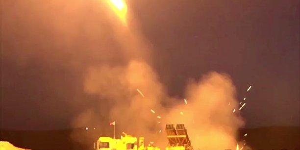 Un lance-roquettes multiple dans une séquence de tir depuis un lieu inconnu, c'est ainsi, dans une vidéo (dont cette image est extraite) diffusée via Twitter le 9 octobre 2019, que le ministère de la Défense turc illustre son message sur les premiers succès de son opération militaire en Syrie contre les Kurdes baptisée Printemps de la Paix (Peace Spring).