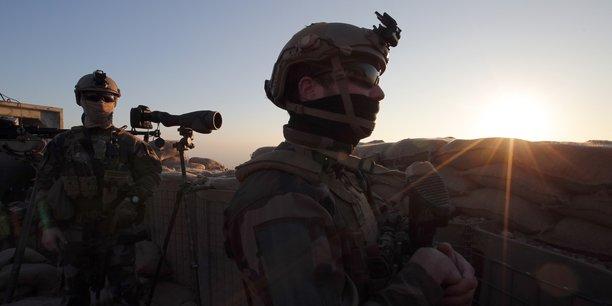 Les forces françaises sont engagées aux côtés des Kurdes depuis plusieurs années dans la lutte contre l'État islamique. (Photo d'illustration: soldats français au Kurdistan, lors de la visite de François Hollande à un avant-poste à la périphérie de Mossoul contrôlée par l'État islamique, le 2 janvier 2017)