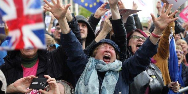 Les anti-brexit laissent exploser leur joie devant westminster[reuters.com]