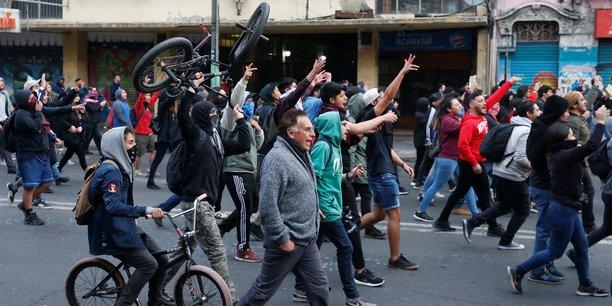 Couvre-feu et marche arriere du president face a la contestation au chili[reuters.com]
