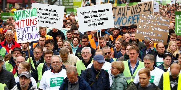 Hier, mardi 22 octobre 2019 à Bonn, en Allemagne, des agriculteurs allemands protestent contre la politique agricole allemande. Pendant ce temps, des opérations escargots de plusieurs milliers d'agriculteurs en colère avaient lieu en Bavière, en Schleswig-Holstein et en Basse Saxe. On peut lire sur une pancarte : Naturschutz mit uns statt gegen uns, soit Préservation de la nature avec nous et pas contre nous.