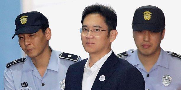 Lee Jae-yong entouré par deux policiers.