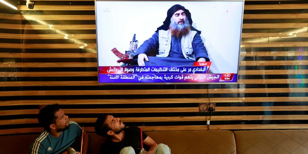 Le 27 octobre 2019, dans un café de Najaf, deux Irakiens regardent à la télé l'annonce de la mort du chef de l'État islamique Abou Bakr al-Baghdadi. Dans leur longue traque d'Abou Bakr al Baghdadi, les services de renseignements irakiens ont été informés par un conseiller du chef de l'organisation État islamique, qui leur a expliqué les techniques de ce dernier pour éviter d'être capturé pendant tant d'années.