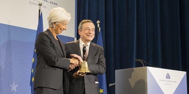 Christine Lagarde et Mario Draghi lors de la cérémonie d'échange de la cloche du conseil des gouverneurs de la Banque centrale européenne, lundi 28 octobre 2019, à Francfort.