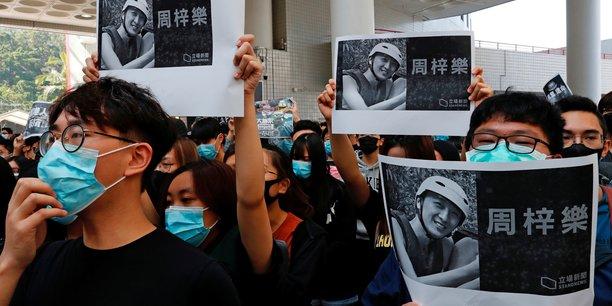 Hong kong: un etudiant est mort apres une chute lors des manifestations du week-end[reuters.com]