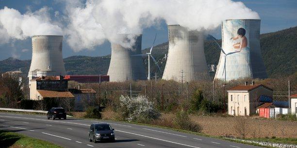 Située à l'entrée de la commune, les tours de refroidissement des quatre réacteurs de la centrale sont facilement visibles depuis le centre de cette coquette commune de moins de 3.000 habitants.