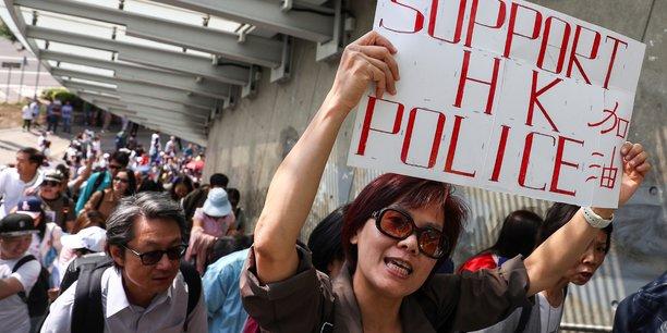 Des centaines de manifestants pro-chinois se rassemblent a hong kong[reuters.com]