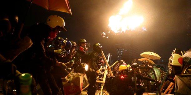 Hong kong: la police menace de tirer a balles reelles sur les emeutiers[reuters.com]