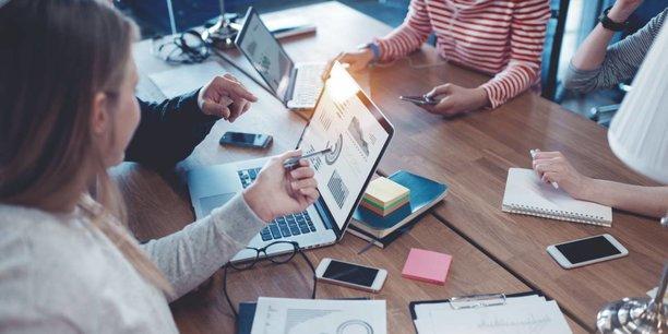 Le système éducatif a partiellement échoué à produire les compétences techniques que les entreprises se disputent depuis près de trente ans.