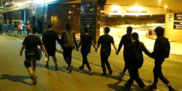 Hong kong: une poignee de manifestants d'un campus se rendent a la police[reuters.com]