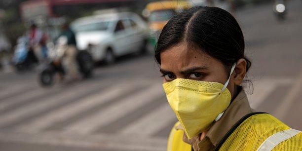 New Delhi (Inde), le 4 novembre 2019. Une policière porte un masque pour se protéger de la pollution de l'air, lors d'une journée de restriction sur les véhicules privés.